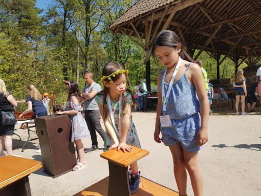2 meisjes die op de wandelaar staan tijdens het opkikker event