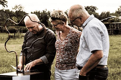 3 familieleden die het spiraalboom spel spelen